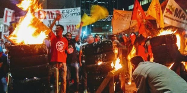 Resultado de imagem para protesto contra bolsonaro pneus queimados