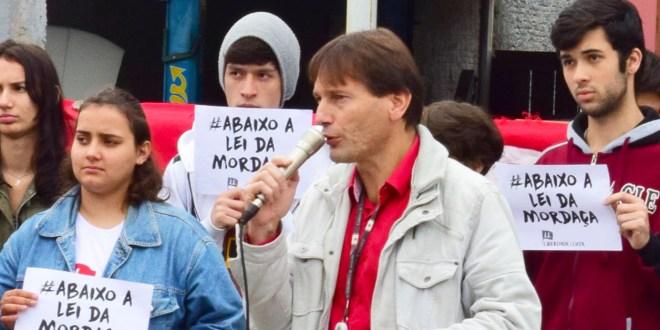 Enviem moções: continua perseguição do Estado de SC ao professor Adilson Mariano
