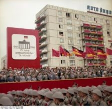 Anniversary of the building of the Berlin Wall. Photo by Klaus Franke with permission from Bundesarchiv.