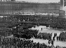 پیٹروگراڈ: فوجی دستوں کے افسران انقلاب سے وفاداری کا حلف لیتے ہوئے