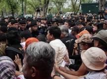 مظاہرین اور پولیس کے مابین تصادم کا منظر