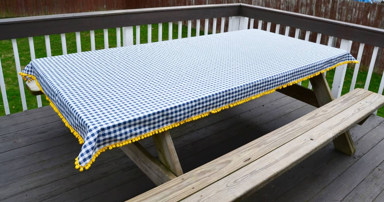 Tutorial: Outdoor tablecloth with pom poms