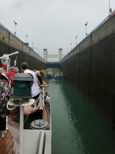 The ship enters the Yichang lock