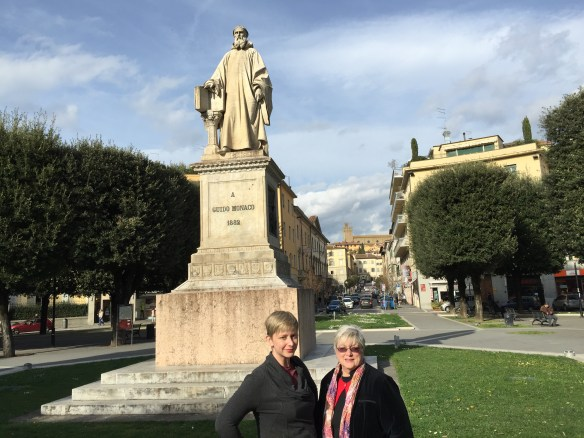 Mary and Sarah in front of the statue of Guido Monaco