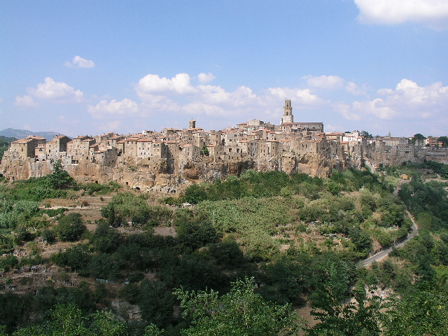 This is what Pitigliano looks like as you approach. Photo credit CC BY-SA 3.0, https://commons.wikimedia.org/w/index.php?curid=80684