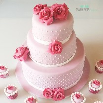 Elegante torta nuziale con rose di zucchero
