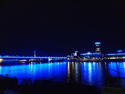 Rheinufer wird in blaues Licht getaucht
