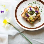 French toast con uovo in camicia e asparagi selvatici