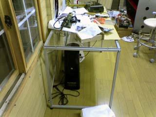 作業用にはガラステーブルをいれました。