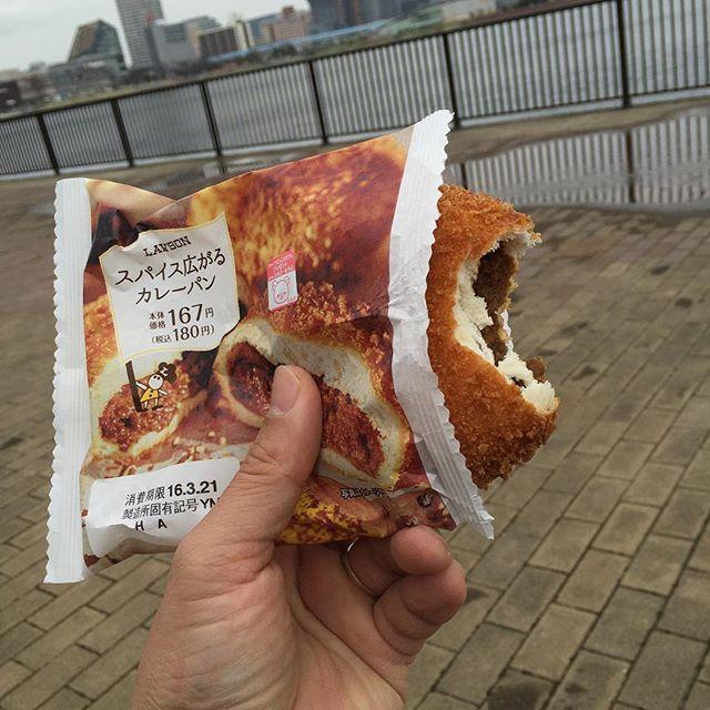 寒い時にはカレーパン。ちょっと胃が痛いか?