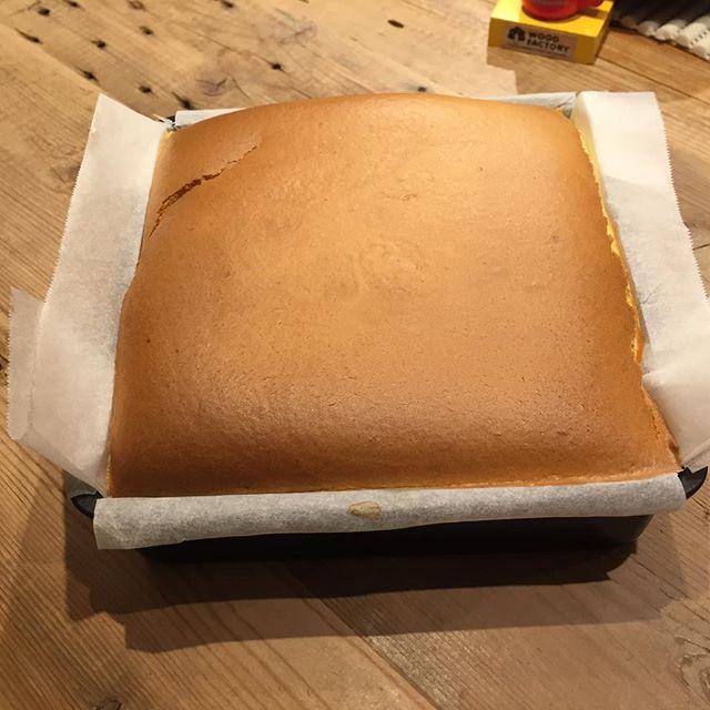 やっぱりメレンゲの混ぜ具合かな? 割れが出てしまった。 リベンジでの味の結果は、明日冷えてから。