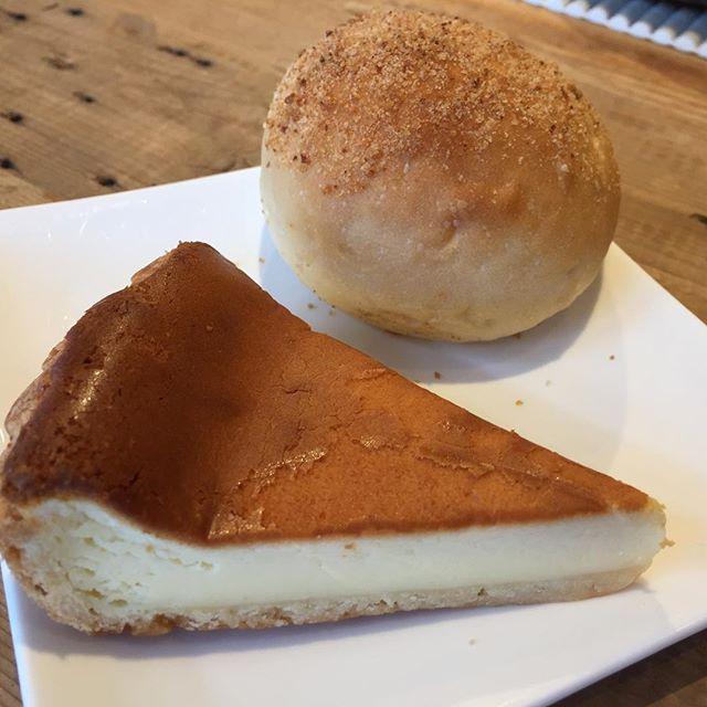 今日のお昼はリュネットさんの焼きカレーパンとチーズケーキタルト。