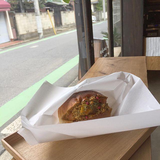 キーマカレーサンドイッチ。  @chabudai_cafe_bar さんで早めのお昼。 落ち着くわー。