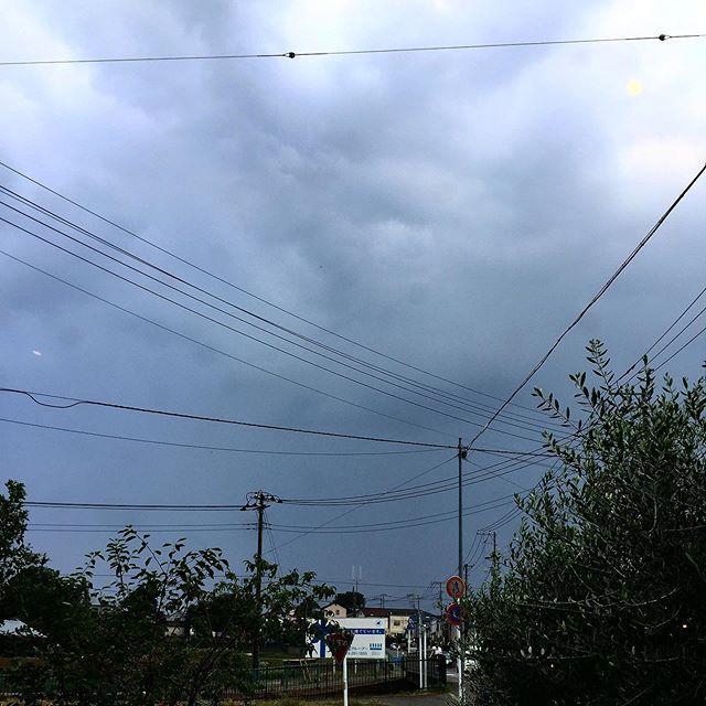 急に雷鳴が轟き始めた 。  そして @pizzeria_26 さん、 @atsuyo.kawai さん、 @kawagoekadoya さんも嵐の様に去って行ったww ご来店ありがとうございました。