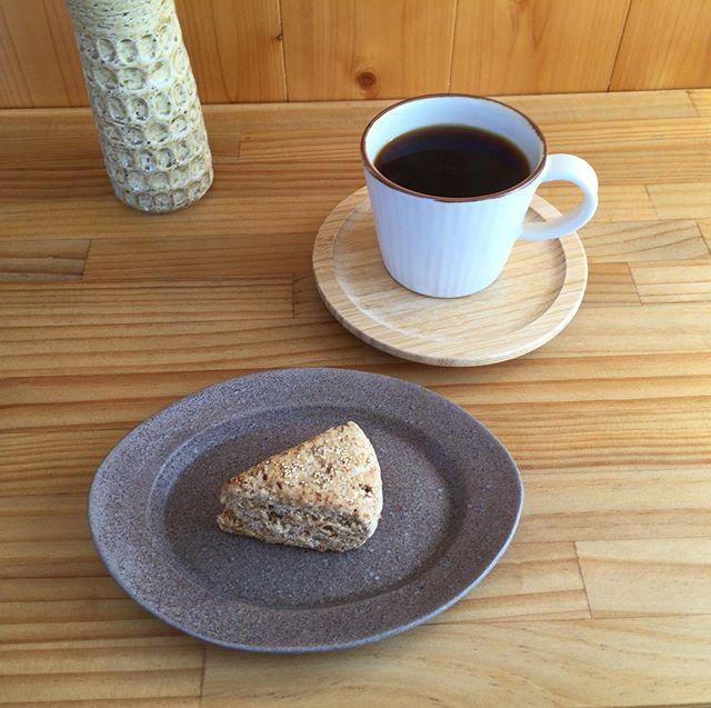 @tumugi.hej tumugi さんでコーヒータイム 。  こっくりとした甘さのコスタリカ。 有機甘栗のスコーンとの掛け合わせは、ゆったりした秋晴れを感じる美味しさでした。  オーナーご夫婦のダーツの旅話、ほっこり楽しかったです。