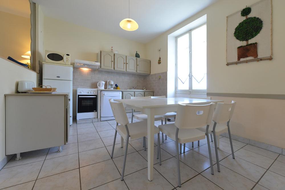La salle à manger et sa table au Lavande au Mas de la Baillyde, gîtes de charme en Cévennes