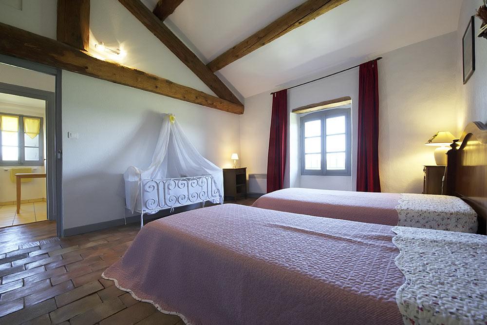 La chambre avec parfeuilles, deux lits simples et un lit bébé ancien au Tamaris au Mas de la Baillyde, gîtes de charme en Cévennes