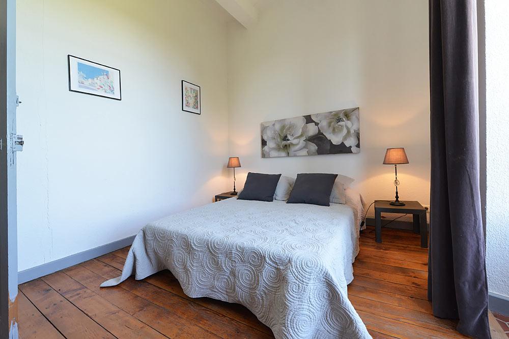La chambre blanche au premier étage au Tamaris au Mas de la Baillyde, gîtes de charme en Cévennes