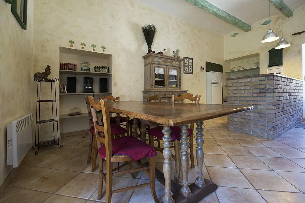 La salle à manger aux Treilles au Mas de la Baillyde, gîtes de charme en Cévennes