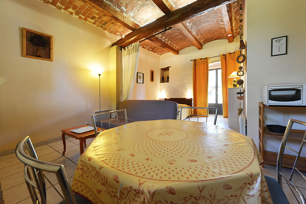 La table à manger dans le studio Romarin au Mas de la Baillyde, gîtes de charme en Cévennes
