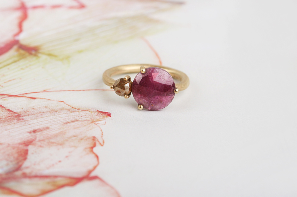 Ring with fuchsia sapphire and brown diamond