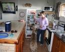 Jolie chequea  la nevera en casa con Magda Pienaar