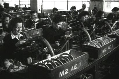 """INCONTRO CON LA OLIVETTI 2 – da """"Incontro con la Olivetti"""" di Giorgio Ferroni.  Ivrea, 1950. Operaie al montaggio macchine da scrivere nello stabilimento Olivetti di via Jervis  (Fotogramma dall'Archivio Nazionale Cinema d'Impresa)"""