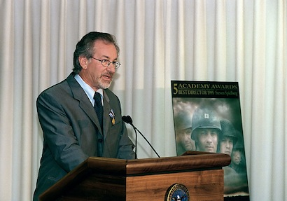 Director Steven Spielberg speaking at the Pentagon on August 11, 1999. Source: Commons.Wikimedia.org