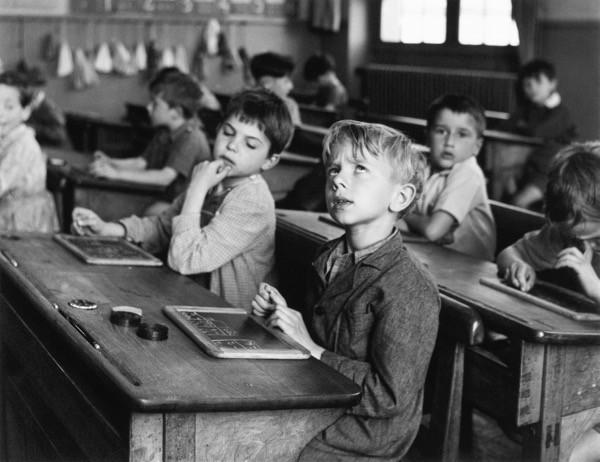 Robert Doisneau L'informazione scolastica, Parigi, 1956 © Atelier Robert Doisneau