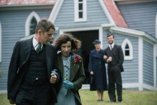 Ethan Hawke e Sally Hawkins in Maudie - Ph: Duncan Deyoung