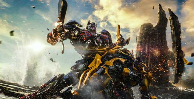 Optimus Prime e Bumblebee in Transformers 5 © 2017 Paramount Pictures. All Rights Reserved. HASBRO, TRANSFORMERS, and all related characters are trademarks of Hasbro. © 2