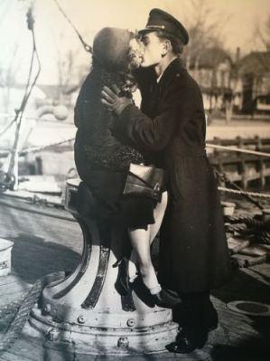 I marinai baciano e se ne vanno © Alidem