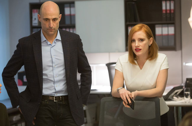 Mark Strong e Jessica Chastain in Miss Sloane - Photo: courtesy of Leone Film Group
