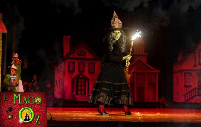 Una scena del musical Il Mago di Oz: La terribile Strega dell'Ovest arrabbiata perchè qualcuno ha ucciso sua sorella, la perfida Strega dell' Est