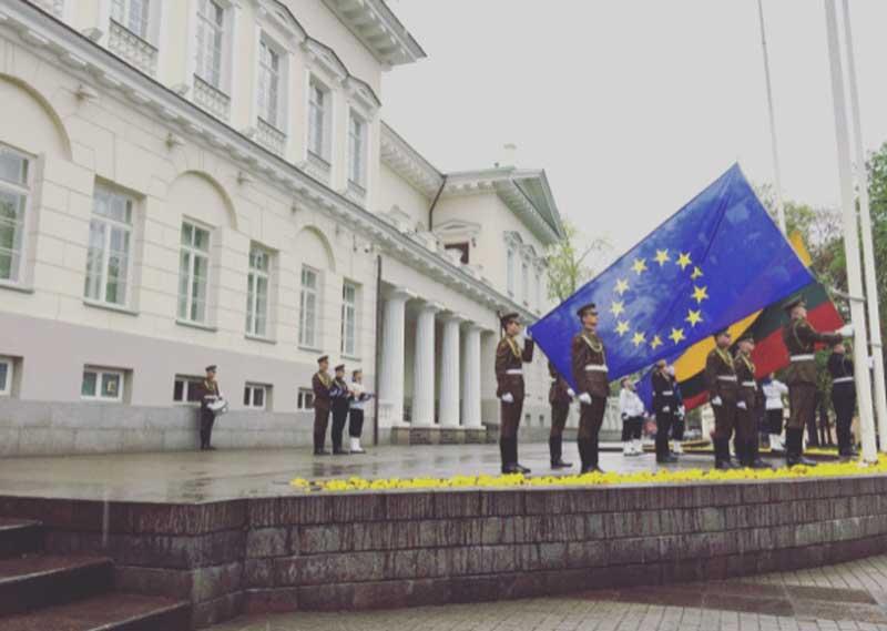 Palazzo Presidenziale di Vilnius durante il cambio delle bandiere - Photo by Anna Falciasecca