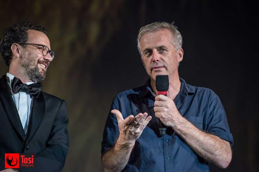 Bruno Dumont a Locarno 2018 sul palco di Piazza Grande con Carlo Chatrian - Ph: Tosi PHotography