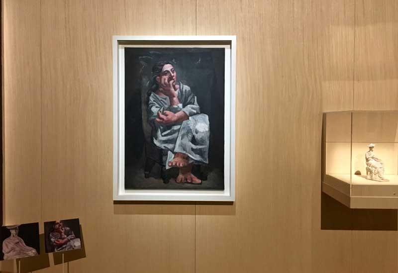 Una delle sale della mostra Picasso Metamorfosi – A destra: Pablo Picasso, Donna seduta (1920); a sinistra: Anonimo, Statuetta di donna seduta (Tanagrina seduta con tholia) – Photo by MaSeDomani