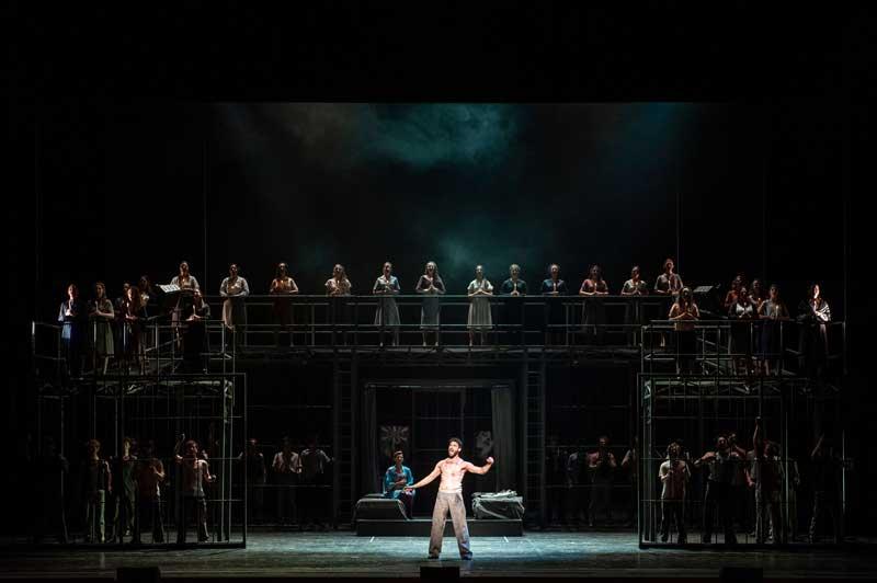 Una scena dello spettacolo con i cori - Photo by Rocco Casaluci