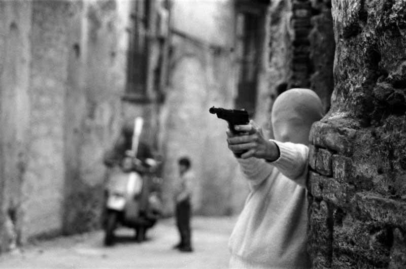 Letizia Battaglia, Palermo, vicino la Chiesa di Santa Chiara. Il gioco del killer 1982 © Letizia Battaglia
