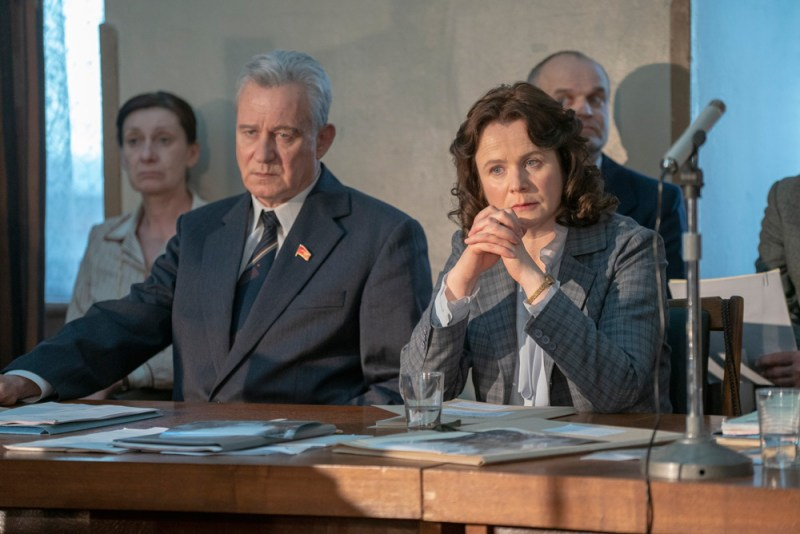Stellan Skarsgard e Emily Watson sono Boris Shcherbina e Ulana Khomyukin nella serie TV Chernobyl - Photo credit: SKY/ HBO