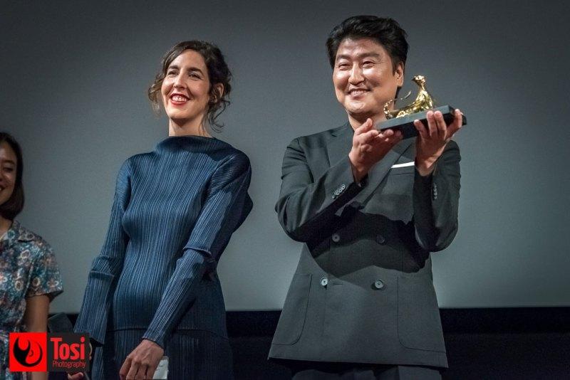SONG Kang-ho riceve da Lili Hinstin l'Excellence Award © Tosi Photography