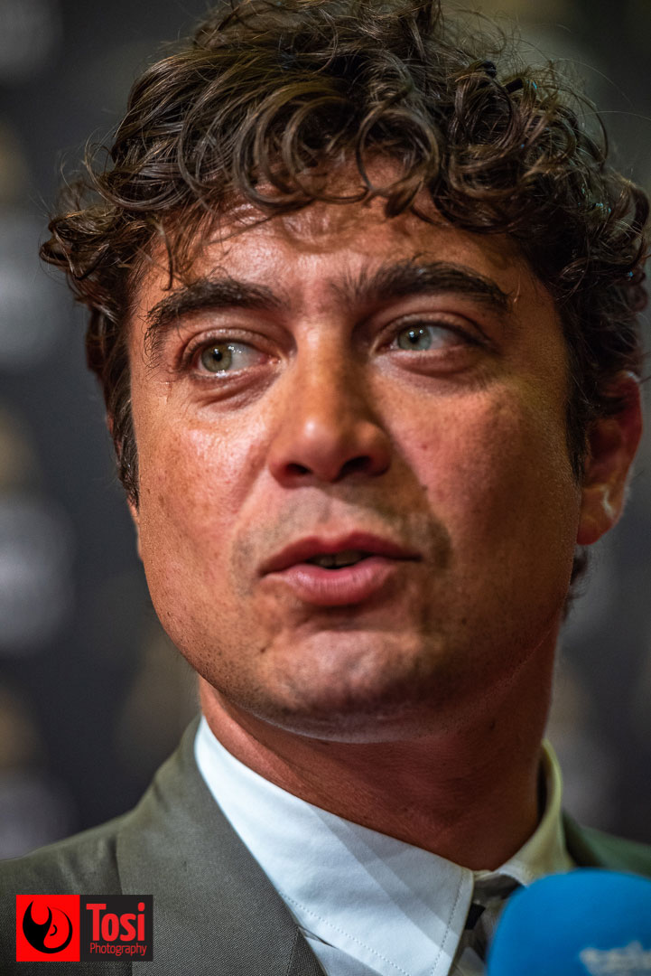 Tosi Photography © Riccardo Scamarcio sul red carpet del film Magari