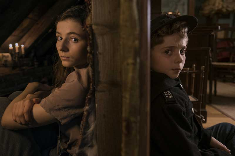 Thomasin McKenzie e Roman Griffin Davis in una scena del film Jojo Rabbit - Photo: courtesy of 20th Century Fox