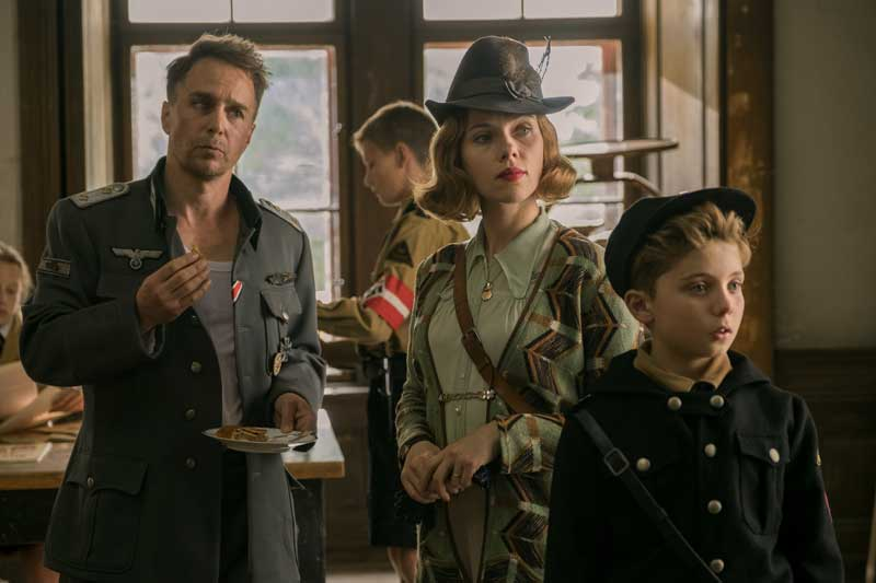 Sam Rockwell, Scarlett Johansson e Roman Griffin Davis in una scena del film Jojo Rabbit - Photo: courtesy of 20th Century Fox