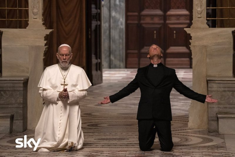 John Malkovich e Jude Law in una scena di The New Pope episodio 9. Photo by Gianni Fiorito