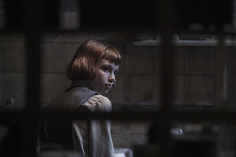 ISLA JOHNSTON è una giovane BETH nel primo episodio della miniserie La Regina degli Scacchi. Cr. PHIL BRAY/NETFLIX © 2020