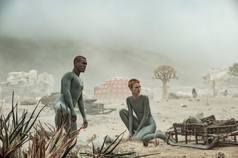 Padre e Madre, gli Adamo ed Eva androidi di RAISED BY WOLVES. Ph. courtesy of SKY.