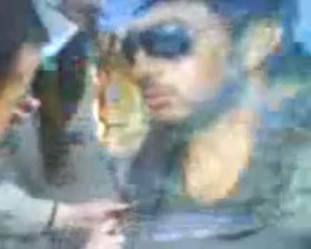 الجزائريين حرقوا صور تامر حسني في شوارع الجزائر | فيديو