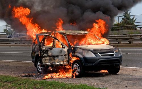 مسجل خطر يحرق سيارة زوجته لرفضها تحويلها الى تاكسي