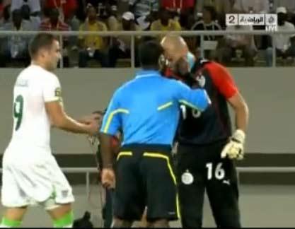 بالفيديو شاهد حارس الجزائر الشاوشي ينطح الحكم ولماذا استحق الطرد